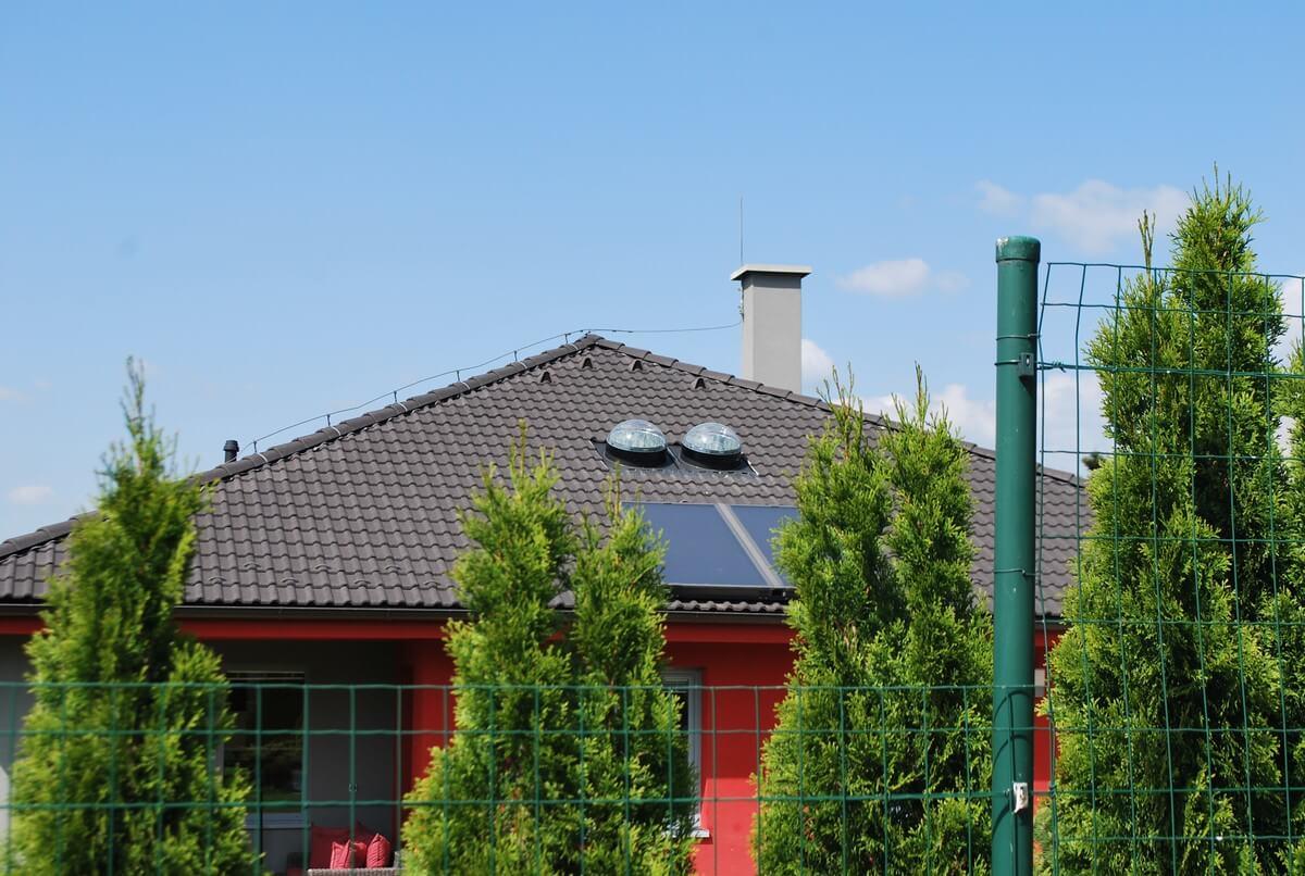 Dvojica svetlovodov Sunway na rodinnom dome v Žiline
