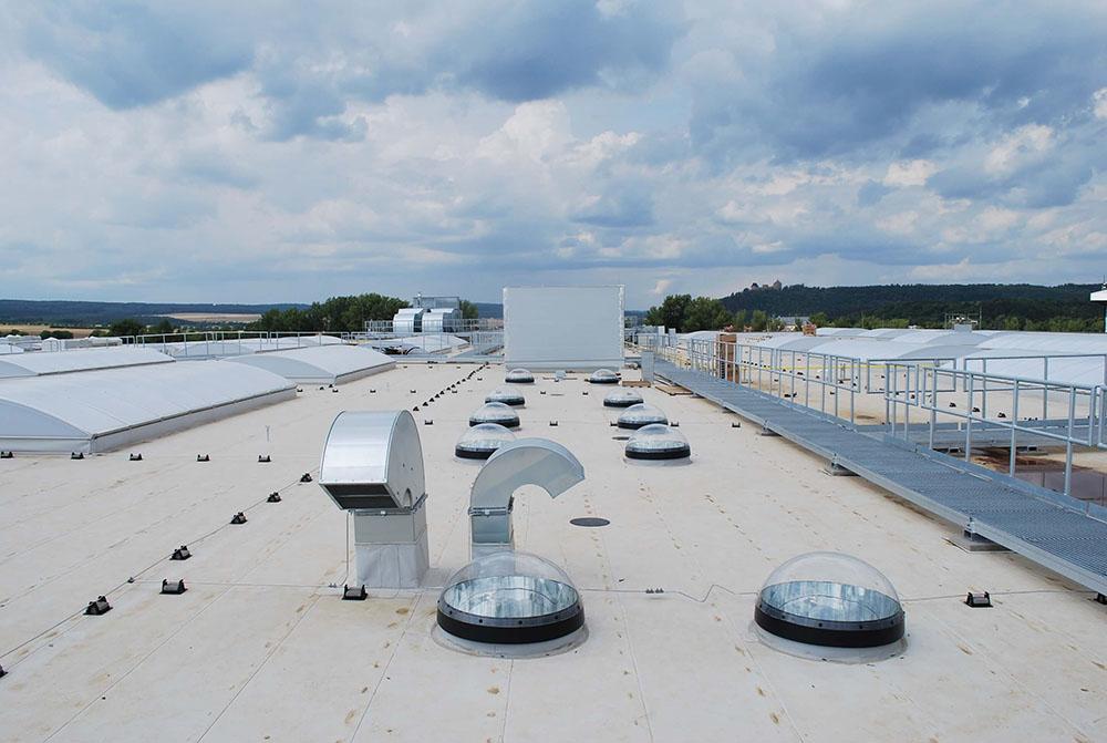 Svetlovody na rovnej streche výrobnej haly Blizzard Zebrak