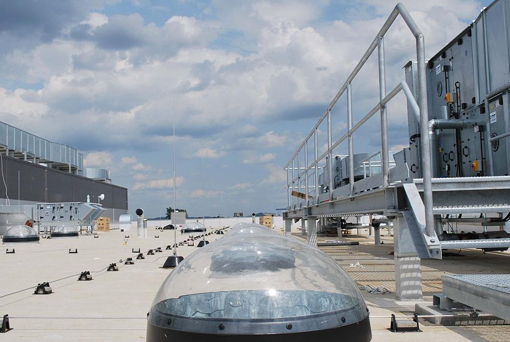 Svetlovody na streche výrobnej haly